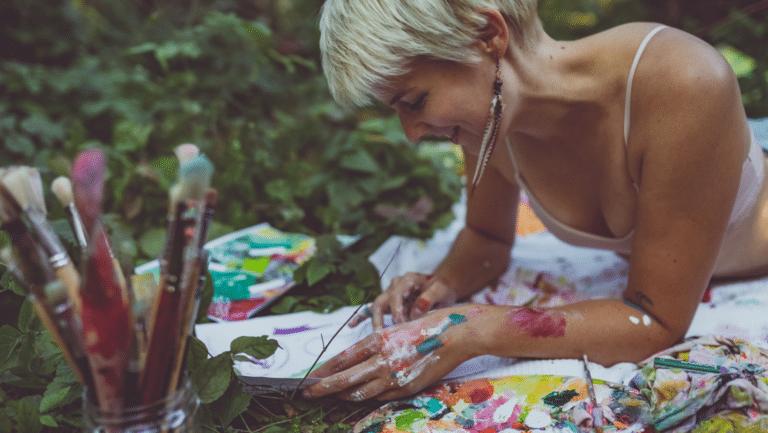 Frau die in der Natur intuitiv malt
